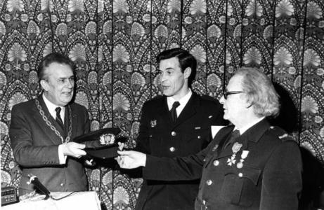 90665 Afbeelding van het afscheid van W. J. S. Hoogstraten die na 44 jaar zijn functie bij de vrijwillige brandweer van ...