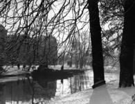 83374 Gezicht over de Stadsbuitengracht op de Maliesingel te Utrecht vanuit het Hieronymusplantsoen.