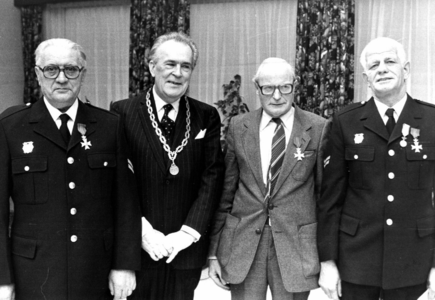 90573 Afbeelding van burgemeester mr. H. A. C. Middelweerd van de gemeente Vleuten-De Meern te midden van enkele ...