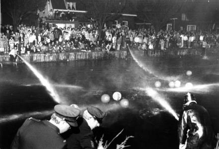90639 Afbeelding van een spuitbalwedstrijd tussen de brandweerkorpsen van Vleuten en De Meern op de Leidsche Rijn te De ...