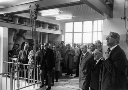 91805 Afbeelding van de rondleiding voor de genodigden bij de officiële opening van de rioolwaterzuiveringsinstallatie ...