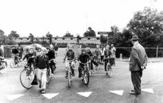 91581 Afbeelding van onder begeleiding overstekende kinderen op de Europaweg te De Meern (gemeente Vleuten-De Meern) ...