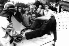 90610 Afbeelding van een demonstratie van het verwijderen van de voorruit van een auto tijdens de jaarlijkse ...