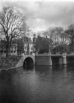 83784 Gezicht op de Bijlhouwerbrug over de Oudegracht te Utrecht (links) en de Tolsteegbrug over de Stadsbuitengracht.