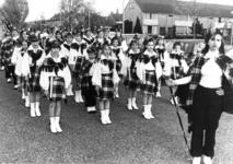 91720 Groepsportret van de leden van de drumband van de muziekvereniging De Bazuin in de Oranjelaan te De Meern ...