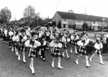 91721 Afbeelding van de pijperblazers en lyraspelers van de drumband van de muziekvereniging De Bazuin in de Oranjelaan ...