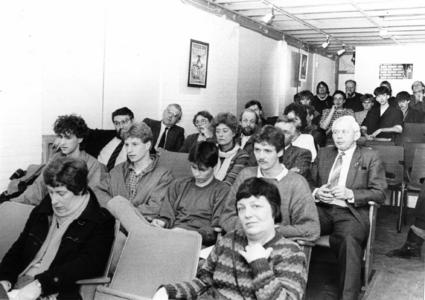 91739 Afbeelding van het publiek tijdens de officiële opening van de filmzaal in het jongerencentrum Azotod (Meerndijk ...