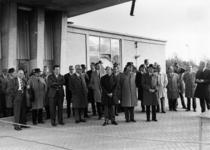 91804 Afbeelding van de genodigden bij de officiële opening door burgemeester J.H. van der Heide van de ...