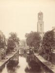 122468 Gezicht op de Oudegracht Tolsteegzijde te Utrecht met in het midden de Gaardbrug en op de achtergrond de Domtoren.