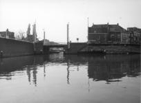 83490 Gezicht vanaf de Tolsteegbarrière, over het water van de Stadsbuitengracht, op de Vaartscherijnbrug over de ...