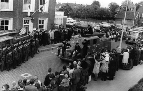 90706 Afbeelding van de parade van de brandweervoertuigen door de Dorpsstraat te Vleuten (gemeente Vleuten-De Meern) na ...