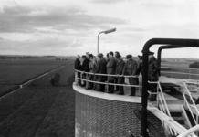 91808 Afbeelding van de rondleiding voor genodigden op de gistingstanks van de rioolwaterzuiveringsinstallatie (Zandweg ...