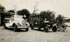 90545 Afbeelding van het materieel van de vrijwillige brandweer van de gemeente Oudenrijn, opgesteld bij de garage van ...