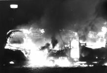 90618 Afbeelding van de in brand geraakte caravan van de zigeunerkoning Koka Petalo op het parkeerterrein van het ...