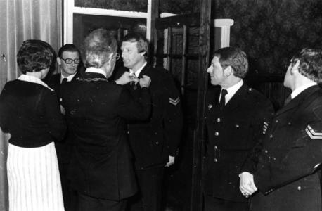 90662 Afbeelding van het uitreiken van een onderscheiding wegens langdurige dienst bij de vrijwillige brandweer van ...