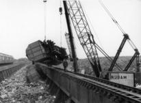 155705 Afbeelding van het hersporen van een VAM-wagen (Vuil Afvoer Maatschappij) na de ontsporing op het losviaduct te ...