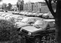 154532 Afbeelding van geparkeerde auto's op de P+R-parkeerplaats bij het N.S.-station Assen te Assen.
