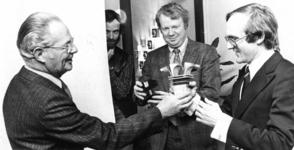 91166 Afbeelding van de uitreiking van de Brugtroffee door wethouder W. de Jongh (links) aan A. van Vulpen (rechts) van ...