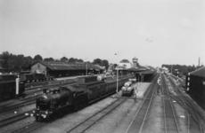 161781 Gezicht op het emplacement van het N.S.-station Leeuwarden te Leeuwarden, met een trein getrokken door een ...
