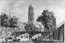 30446 Gezicht in spiegelbeeld op de Oudegracht te Utrecht met de Gaardbrug, voorgevels van de huizen aan de oostzijde ...