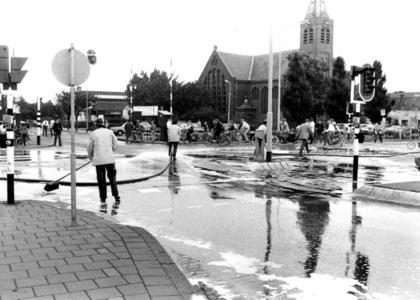 90619 Afbeelding van het schoonspuiten van het kruispunt Rijksstraatweg / Meerndijk te De Meern (gemeente Vleuten-De ...