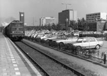 154561 Gezicht op de P+R-parkeerplaats van het N.S.-station Nijmegen te Nijmegen met links diesellocomotief 215 026-6 ...