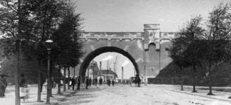 156894 Gezicht op de Nieuwe Hezelpoort in de spoordijk te Nijmegen vanuit het oosten.