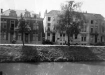 41975 Gezicht op de voorgevels van de huizen Catharijnesingel 34 (rechts)-38 te Utrecht; op de voorgrond de ...