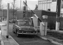 154564 Afbeelding van de toegangspoort van de stations-parkomatic (automatisch geregelde betaalde parkeerplaats) te ...