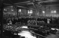 40704 Afbeelding van de vele genodigden tijdens de officiële opening van het Gebouw voor groenten- en vruchtenveilingen ...