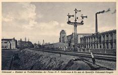 161911 Gezicht op de spoorlijn te Oldenzaal met rechts de textielfabriek H. P. Gelderman & Zn. en een bordessein.