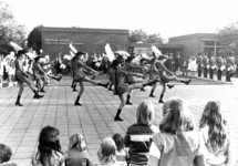 91728 Afbeelding van een opvoering door de majorettes van de muziekvereniging St.-Gregorius op het plein van de ...