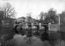 83787 Gezicht op de Tolsteegbrug over de Stadsbuitengracht te Utrecht; links de Bijlhouwerbrug.