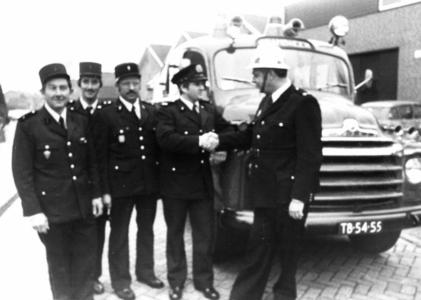 90697 Afbeelding van de overdracht van de 20 jaar oude Bedford-autospuit door brandweercommandant J. Oostrom (rechts) ...