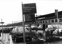 154558 Gezicht op de P+R-parkeerplaats bij het N.S.-station Nijmegen te Nijmegen met op de voorgrond een bord met de ...