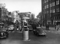 72932 Gezicht op de noordzijde van het Vredenburg te Utrecht, uit het westen, met op de voorgrond het in 1959 ...
