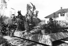 91005 Afbeelding van de prijswinnende wagen van het brandweerkorps De Meern op de Hindersteinlaan te Vleuten (gemeente ...
