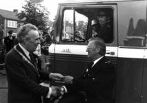 90557 Afbeelding van de overhandiging van de sleutel van de nieuwe Mercedes-blusauto voor het brandweerkorps van De ...