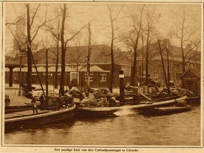 69745 Afbeelding van enkele boten in de Stadsbuitengracht te Utrecht aan de Rijnkade.