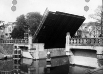 83748 Gezicht op de (geopende) Willemsbrug over de Stadsbuitengracht te Utrecht, uit het oosten.