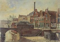 31474 Gezicht op de Oudegracht met de Vollersbrug te Utrecht, met rechts de gebouwen van de bierbrouwerij De Boog ...