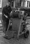 80131 Afbeelding van een werkman van de Gemeente Reiniging die gebruik maakt van een motorlier bij het schoonmaken van ...