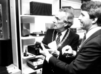 90931 Afbeelding van burgemeester mr. H. A. C. Middelweerd tijdens de heropening van de handel in geluidsapparatuur en ...