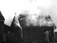 90750 Afbeelding van het blussen van een in brand geraakte schuur op het terrein van de veevoederhandel Fokker ...