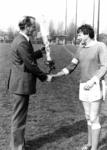 91184 Afbeelding van het afscheid van Eef Mastwijk die 17 jaar in het eerste elftal van de voetbalvereniging P.V.C.V. ...