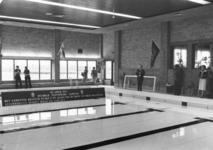 91526 Afbeelding van de officiële opening van het 25-meter bad met kleedaccommodatie en restaurant bij het ...