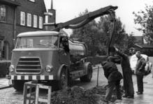 80130 Afbeelding van werklieden van de Gemeente Reiniging met een kolkenzuiger bij het schoonmaken van de riolering in ...