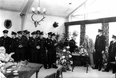 90574 Afbeelding van het ter beschikking stellen van nieuwe uniformen voor de vrijwillige brandweer De Meern door de ...