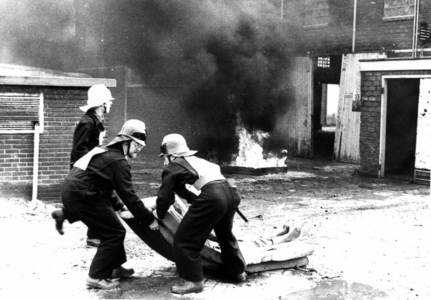 90599 Afbeelding van een brandweerwedstrijd, georganiseerd door het brandweerkorps De Meern, in het leegstaande ...