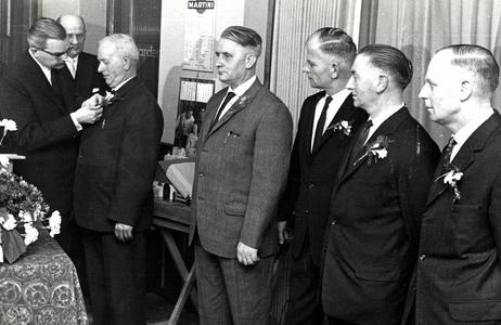 90567 Afbeelding van de uitreiking van onderscheidingen door burgemeester J. van der Heide van de gemeente Vleuten-De ...